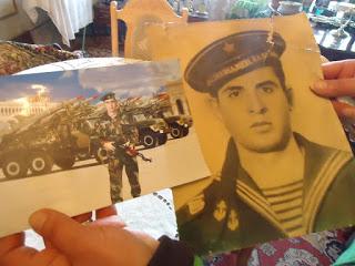 Արմենակի մայրը խնդրեց այս երկու նկարն իրար հետ նկարել: Արմենակի պապիկն է աջ նկարում։