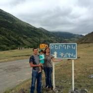 «Հայրենասեր»-ի հիմնադիրներ Ստեփան Սարգսյանը, Նելլի Մարտիրոսյանն ու իրենց դուստր Շուշին՝ Հերիկի ճանապարհին: